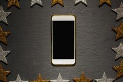 Slimme telefoon op zwarte lei, het kader van de Kerstmisdecoratie Royalty-vrije Stock Fotografie