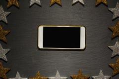 Slimme telefoon op zwarte lei, het kader van de Kerstmisdecoratie Royalty-vrije Stock Afbeeldingen