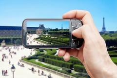 Slimme telefoon in Parijs Stock Foto's