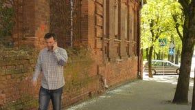 Slimme telefoonmens die mobiele telefoon uitnodigen stock video