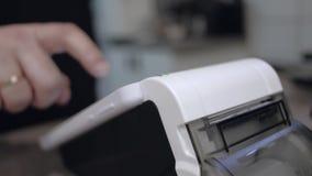 Slimme terminal in verrichting Online kaartjesbureau met een terminal Elektronisch kasregister controle stock video