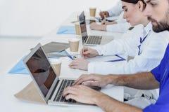 Slimme toekomstige artsen die moderne gadgets gebruiken royalty-vrije stock afbeeldingen