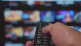 Slimme TV De online video stromende dienst met apps en hand Mannelijke handlevensstijl die de controledraai ver weg houden stock video
