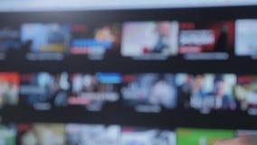 Slimme TV De online video stromende dienst met apps en handlevensstijl Mannelijke hand die de controledraai ver weg houden stock videobeelden