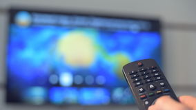 Slimme TV en hand het drukken afstandsbediening
