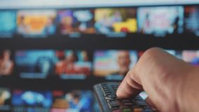 Slimme TV online video het stromen de dienstlevensstijl met apps en hand Mannelijke hand die de controledraai ver weg houden stock video
