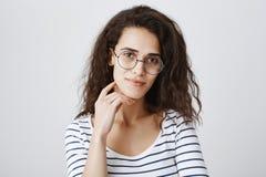 Slimme universitaire student die aan interessante bespreking deelnemen Portret van aantrekkelijke krullend-haired Europese vrouw  stock foto
