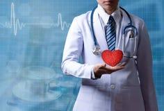 Slimme vrouw arts die rood hart op rechts met illustr houden stock foto's