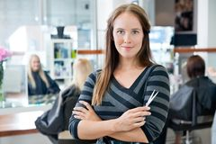Slimme Vrouwelijke Kapper Holding Scissor royalty-vrije stock foto's
