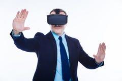 Slimme zekere zakenman die 3d werkelijkheid ervaren Royalty-vrije Stock Foto's