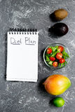 slimming Тетрадь для плана диеты, фруктовый салат на серой каменной насмешке взгляда столешницы вверх Стоковые Изображения