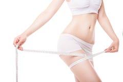 Slimming a coxa de medição da mulher com fita imagens de stock