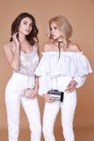 Slin вьющиеся волосы сексуальной красивой милой молодой женщины 2 длинное белокурое Стоковая Фотография
