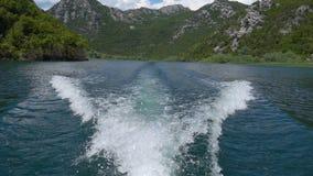 Slinga för motorfartyg på vattnet lager videofilmer