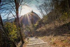 Slinga in mot forntida kyrka i kullelandskap Arkivfoton
