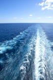 Slinga på vattenyttersida bakom av kryssningskeppet Arkivfoton