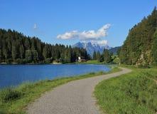 Slinga som leder runt om sjön Obersee Royaltyfri Bild