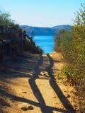 Slinga som leder till en bergig sjö royaltyfri fotografi