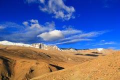 Slingan i bergen leder till de snöig maxima av Ladakh gryning Royaltyfri Foto