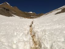 Slingan i de snöig bergen Arkivfoton