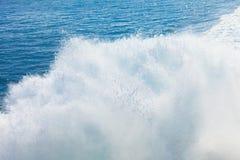 Slingan på vattnet efter färjan seglar Arkivfoton