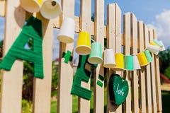 Slinger eerlijke bollen Huwelijk, partijdecoratie De slinger van document koppen hangt op houten raad Stock Foto's