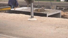 Slinger haakt de kraanhaken aan secties van de het verwarmen leiding vast om nieuwe pijpen te installeren en oude degenen te ontm stock footage