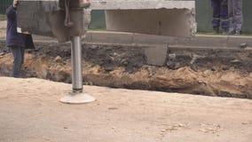 Slinger haakt de kraanhaken aan stedelijke secties van de het verwarmen leiding vast om nieuwe pijpen te installeren en oude dege stock footage