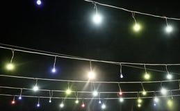 Slinger met gekleurde lichten, decoratieve verlichting, achtergrond stock afbeeldingen