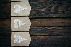Slinger met harten op een bruine achtergrond Stock Fotografie