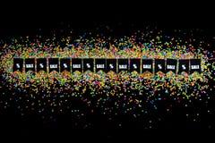 Slinger van vlaggen op de achtergrond van gekleurde confettien Zwart Fr Stock Afbeelding