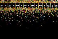 Slinger van vlaggen op de achtergrond van gekleurde confettien Zwart Fr Stock Foto