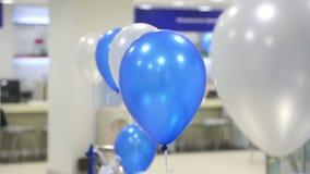 Slingerende ballons stock video