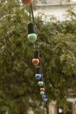 Slingers van kleurenlampen die dichtbij het restaurant hangen Stock Afbeeldingen