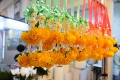Slingers van roze, jasmijn en goudsbloembloemen die worden gemaakt Royalty-vrije Stock Foto