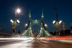 Slingor för bilar för bro för Budapest brofrihet ljusa arkivfoton