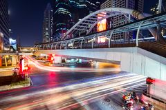 Slingor för Chong Nonsi skywalk- och billjus på den Sathorn vägen, Bangko arkivbild