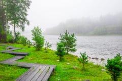 Slingor i ett near vatten för skog kall i landshotell arkivfoto