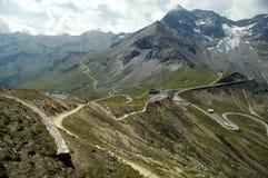 Slingra bergväg arkivbild