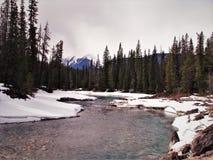 Slingra floden på trevlig vinterdag royaltyfri foto