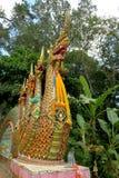 Slingra statyer, nagas, på en tempel Arkivbilder