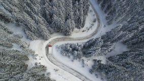 Slingra vinterbergvägen med en lastbil arkivbilder