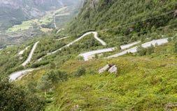 Slingrande bergväg Arkivfoton