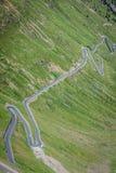 Slingrande bergväg i italienska fjällängar, Stelvio passerande, Passo de Arkivbild