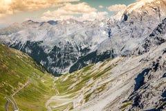 Slingrande bergväg i italienska fjällängar, Stelvio passerande, Passo de Royaltyfri Fotografi