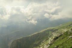 Slingrande väg för nedgående berg Royaltyfri Foto