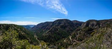 Slingrande väg i Arizona berg arkivfoton