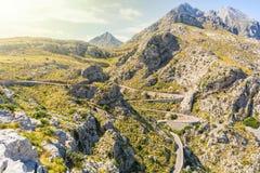 Slingrande väg ner till Sa Calobra i Mallorca fotografering för bildbyråer