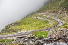 Slingrande väg till och med bergen Arkivbild