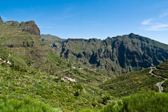Slingrande väg till staden av Masca, Tenerife Royaltyfri Bild